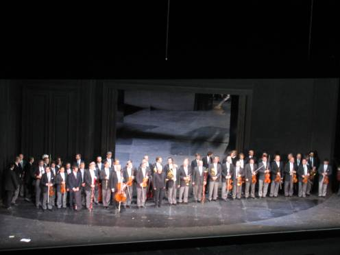 L'orquestra i Barenboim reben els aplaudiments (Salzburg 2007) foto ximo