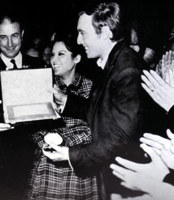 Jaume Aragall rebent la medalla d'or del Liceu i la placa com a millor tenor de la temporada 1966-1967, premi Ràdio Barcelona
