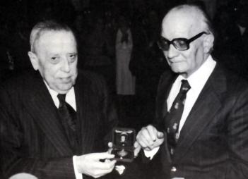 El Dr. Jose M. Colomer Pujol rebent la darrera medalla d'or el 20 de febrer de 1977