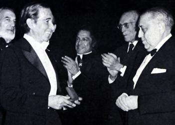 Juan Antonio Pamias fent entrega de la medalla d'or al mestre Anton Guadagno