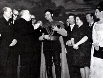 Pedro Lavirgen rebent la medalla d'or, vestit de Manrico