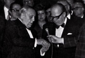 Juan Antonio Pamias fent entrega al mestre Riccardo Bottino de la medalla d'or