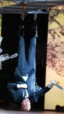 No està equivocada la orientació de la foto. Aixì fan cantar a Lance Ryan en el segon acte.