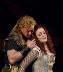 Jay Hunter Morris (Siegfried) i Deborah Voigt (Brünnhilde) al Siegfried del MET 2011. AP Photo