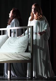 Elena Pankratova (tintorera) i Emily Magge (Emperatriu) a La dona sense ombra de la Scala de Milà 2012. Foto Monika Rittershaus
