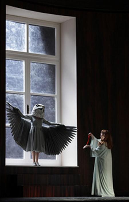 Die Fra ohne Schatten Producció de Claus Guth per la Scla de Milà. Emily Magee (Die Kaiserin)