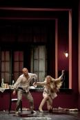 Scott Hendricks (Il Conte di Luna) i Marina Poplavskaya (Leonora) a Il Trovatore, producció de Dmitri Tcherniakov a La Monnaie de Brussel·les 2012
