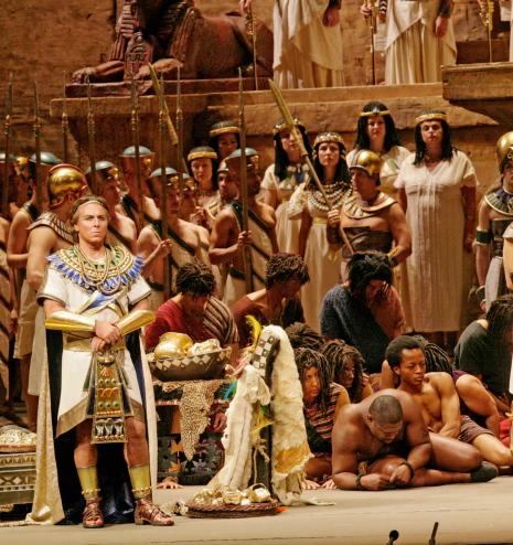 Roberto Alagna (Radames) a l'escena del triomf de l'acte 2on d'Aida. Producció de Sonia Frissell (MET).