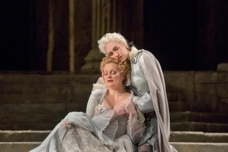Kate Lindsley (Annio) i Lucy Crow (Servilia) a La Clemenza di Tito del MET 2012. (Metropolitan Opera, Ken Howard/ Associated Press )