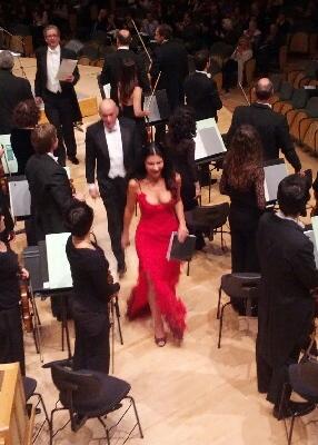 Natasha Petrinsky seguida pel mestre Pinchas Steinberg el 30 de novembre de 2012 a L'Auditori de Barcelona. Foto gentilesa de Julianen.