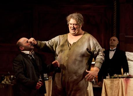 Amgrogio Maestri, Falstaff al Teatro alla Scala, producció Robert Carsen. Fotografia Rudy Amisano