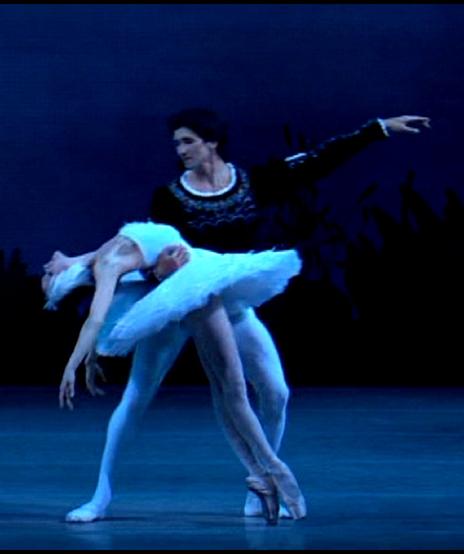 Ulyana Lopatkina i Danila Korsuntsev en el llac dels cignes al Teatrre Mariinski de Sant Petersburg.