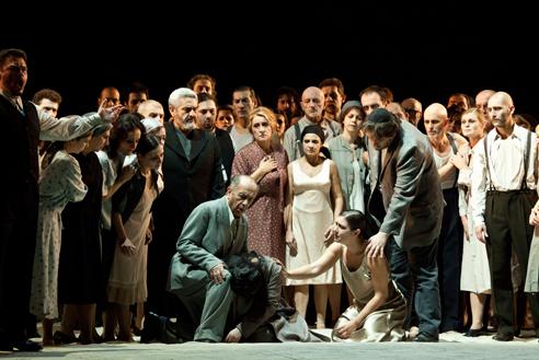 Nabucco (Atto IV, Quadro II): Nabucco (Leo Nucci), Fenena (Veronica Simeoni), Abigaille (Liudmyla Monastyrska) Fotografia:  Rudy Amisano