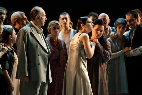 Nucci (Nabucco)  i Simeone (Fenena) al Nabucco del Teatro alla Scala, producció de Daniele Abbado, fotografia de