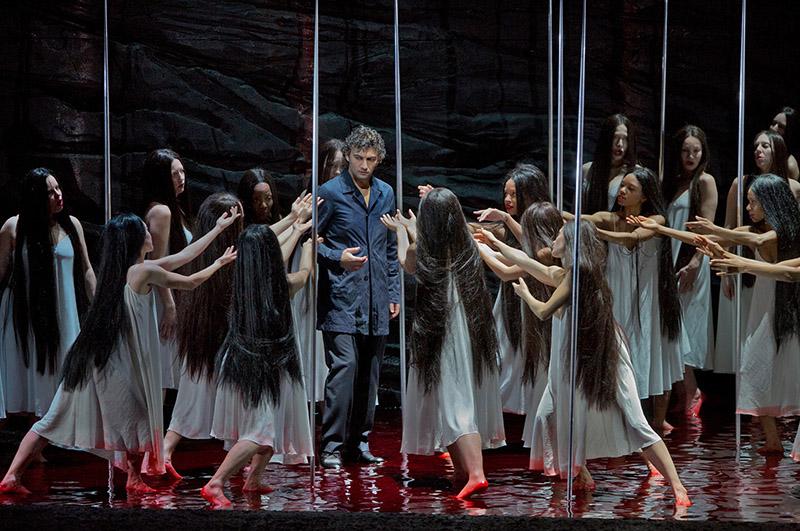 Jonas kaufmann (Parsifal) i les noies flor al segon acte de Parsifal al MET, producció de François Girard. Foto Ken Howard.