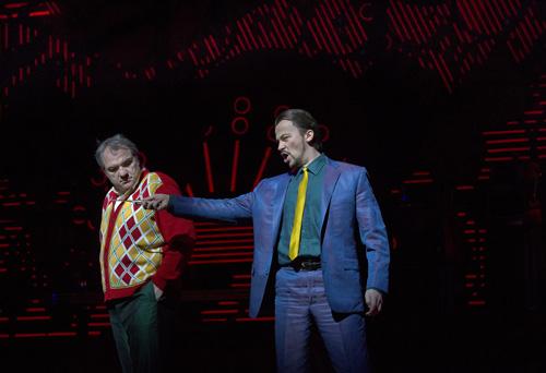 Stefan Kocán (Sparafucile) i Zeljko Lucic (Rigoletto) al Rigoletto del MET 2013, producció de michael Mayer. Foto Ken Howard/MET