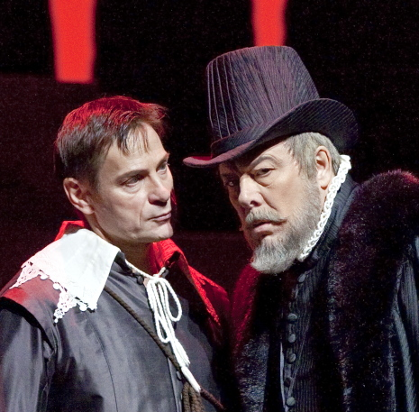 Simon Keenlyside (Rodrigo) i Ferruccio Furlanetto (Filippo II) al Don carlo de Verdi al MET (2010) Foto Ken Howard/Metropolitan Opera