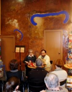 presentació de Les ales del silenci, llibreria Saltamartí, Badalona 28 de febrer de 2013 - Gloria Abras i l'editor Israel Clarà