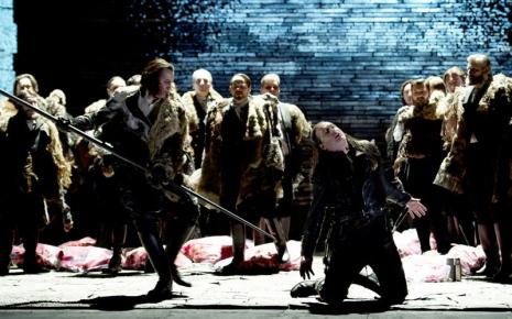Mort de Siegfried (Ian Storey) al Götterdämmerung del Schiller Theater de Berlín, producció de Guy Cassiers
