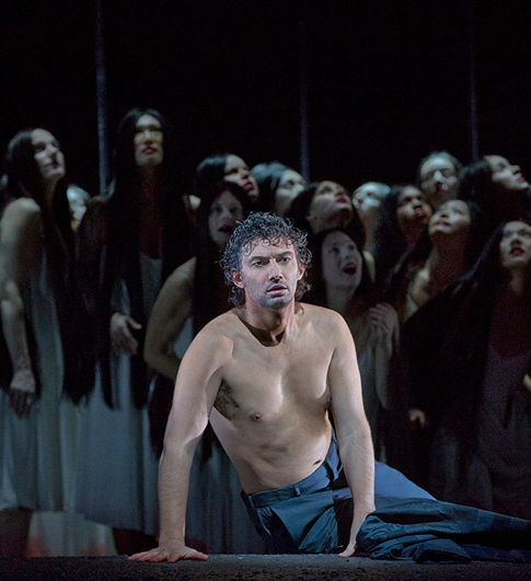 Joanas Kaufmann, Parsifal al MET, quan li posen la camisa blanca, guanya molt :-) Foto Ken Howard