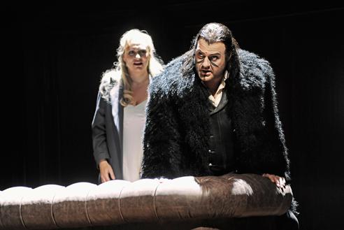 Anja Kampe (Senta) i Bryn Terfel a Der Fliegende Holländer a la Scala, producció d'Andreas Homoki, Fotografia de Toni Suter