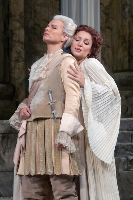 Elina Garanca (Sesto) i Barbara Frittoli (Vitellia) a La clemenza di Tito al MET 2012. Foto Ken Howard/MET