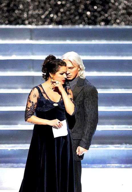 Anna Netrebko (Tatina) i Dmitri Hvorostovsli (Onegin) a la Staatsoper de Viena. Producció Falk Richter
