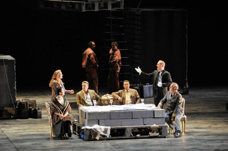 Els deus fent plans , escena segona de Das Rheingold segons Robert Carsen, al Gran Teatre del Liceu, Foto Bofill