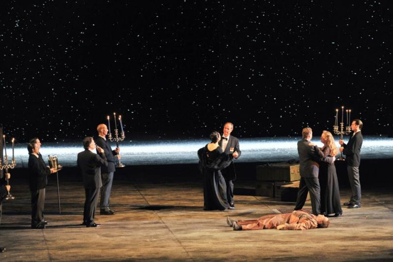 Els deus ballen mentre les filles del Rin es lamenten, abans d'entrar al Walhalla. producció de Robert Carsen. Foto Bofill