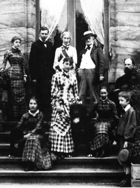 La familia Wagner amb amics a Villa Wahnfried l'any 1881.  A dalt: d'esquerra a dretaBlandine von Bülow, Heinrich von Stein (professor de  Siegfried), Cosima i Richard Wagner, Paul von Joukowsky (amic de la família) a sota, d'esquerra a dreta: Isolde, Daniela von Bülow, Eva i Siegfried (Daniela i Blandine són les dues filles que Cosima va tenir amb Hans von Bülow).