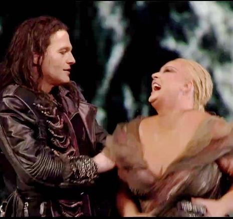 Lance Ryan (Siegfried) i Iréne Theroin (Brünnhilde) a Götterdämmerung, 7 de juny de 2013 Tetaro alla Scala, producció de Guy Cassiers