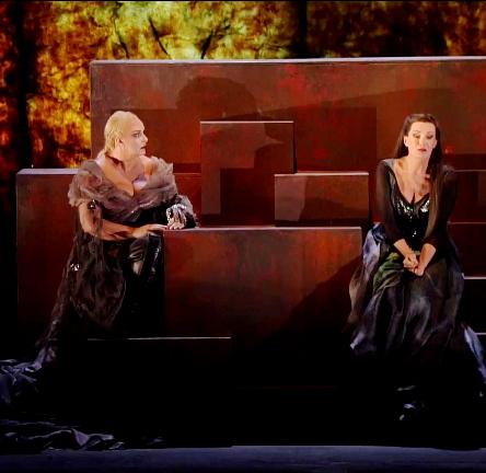 Iréne Theorin (Brünnhilde) i Waltraud Meier (Waltraute) al primer acte de Götterdämmerung al Teatro alla Scala de Milà el 7 de juny de 2013. Producció de Guy Cassiers