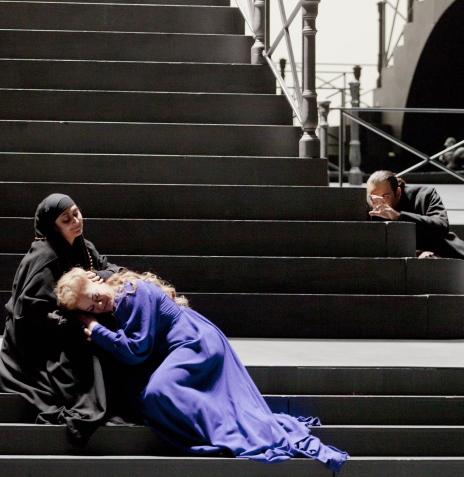 María José Montiel (la cieca) i Violeta Urmana (Gioconda) a La Gioconda de Ponchielli a l?ONP. Producció de Pier Luigi Pizzi.