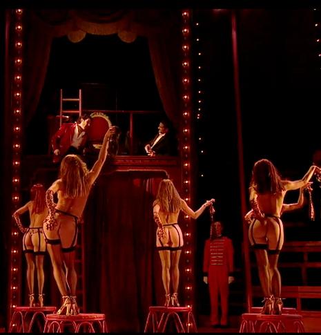 Rigoletto, acte 1er escena 1a, direcció escènica Robert Carsen, Aix-en-Provence 2013