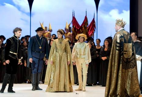 Kaufmann, Hampson, Harteros, Celeng i Salminen, al 3er acte de Don Carlo a Salzburg. Producció de Peter Stein Foto: Monika Rittershaus