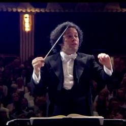 Gustavo Dudamel el 24 de juliol de 2013 al Festival de Salzburg dirigint la vuitena simfonia de Gustav Mahler.
