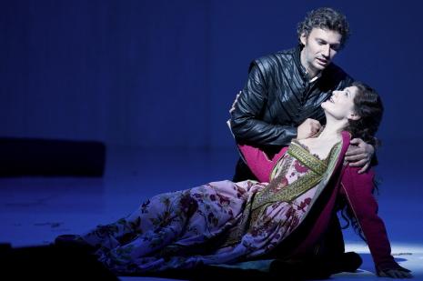 Kaufmann i Harteros al primer acte de Don Carlo, producció de Peter Stein per a Salzburg 2013. Foto Monika Rittershaus