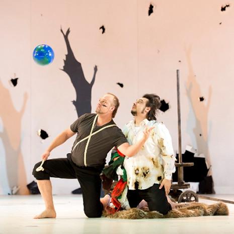 Dimitry Belosselsky (Attila) i George Petean (Ezio) al Theater an der Wien, producció de Peter Konwitschny