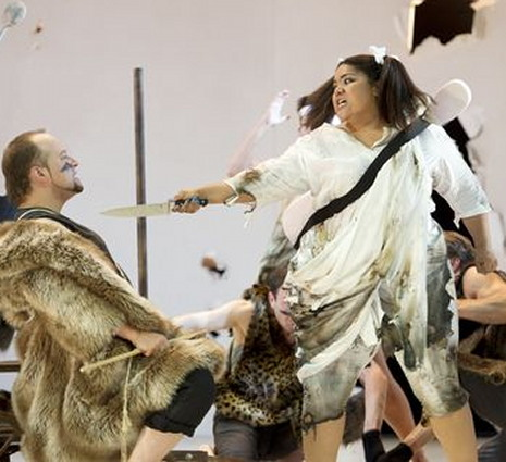 Dimitry Belosselsky (Attila) i Lucrecia García (Odabella) al Theater an der Wien, producció de Peter Konwitschny