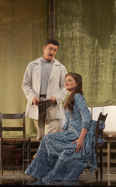 Piotr Beczala (Lenski) i Oksana Volkowa (Olga) al primer acte d'Eugene Onegin al MET. Foto Ken Howard/MET