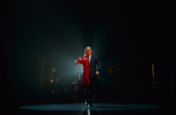 """Lluís Homar cantant """"El cap viu"""" a Taxi...al TNC! Foto David Ruano/TNC"""