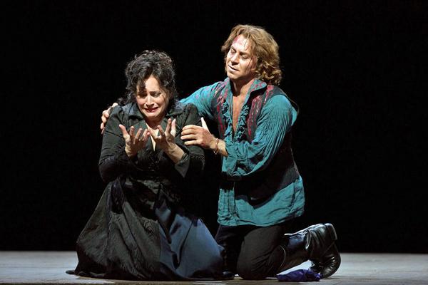 Patricia Racette (Tosca) i Roberto Alagna (Cavaradosi) a la Tosca del Met, producció Luc Bondy