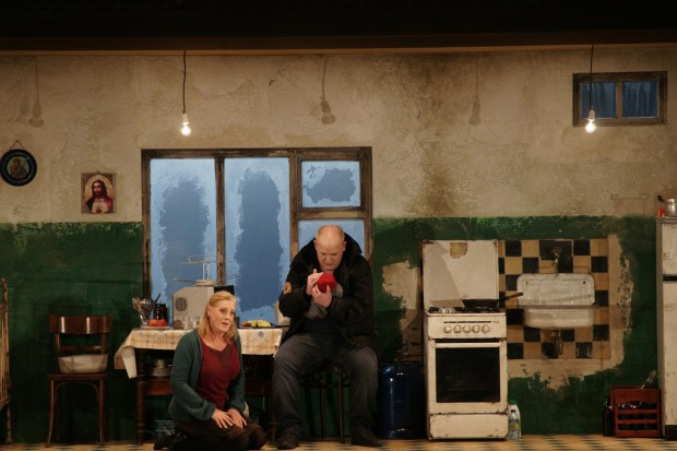 Acte 2on de Jenufa:  Jeanne Michèle Charbonnet als Küsterin und Nicky Spence Foto: (c) Forster / La Monnaie