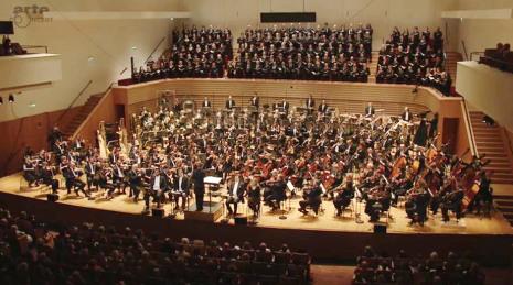 El impressionant desplegament a la Sala Pleyel de París, per interpretar els Gurrelieder