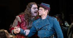 Bryn Terfel (Méphistophélès) i Simon Keenlyside (Valentin) Fotografia The Royal Opera, © ROH / Bill Cooper 2014