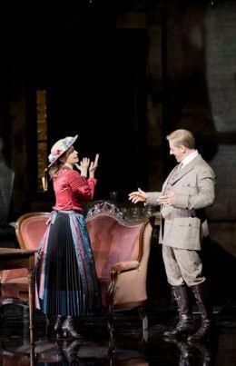 DER ROSENKAVALIER 2014 • GÜNTHER GROISSBÖCK (BARON OCHS), SOPHIE KOCH (OCTAVIAN) © Salzburger Festspiele / Monika Rittershaus