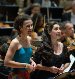 Elbenita Kajtazi i Christina Sidak, les cabreres de Dinorah a la berliner Philharmonie, 1 d'octubre de 2014. fotografia © Bettina Stöß