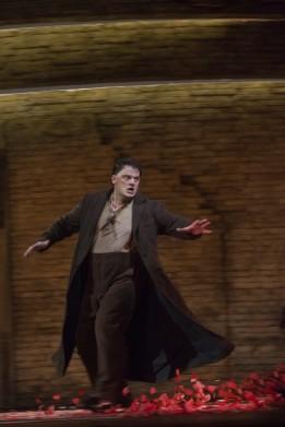 Aleksandrs Antonenko a Carmen, producció de Richard Eyre, fotografia Ken Howard and/Metropolitan Opera