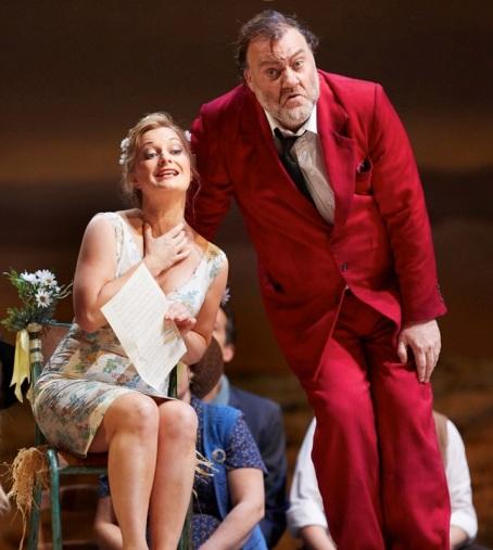 Lucy Crowe (Adina) i Bryn Terfel (Dulcamara) a L'elisir d'amore a la ROH, producció de Laurent Pelly . Foto Mark Douet(ROH