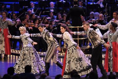 Louise Dearman, Tony Yazbeck, Alexandra Silber i Ben Davis. Foto BBC/Chris Christodoulou